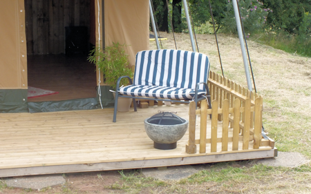 3_ling_safari_tents_porch_and_patio_450x281px